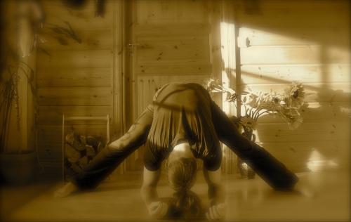 Sisäreidet: avaa jalat laajaan haara-asentoon ja kallistu selkä suorana eteenpäin.