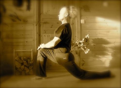 Lonkan koukistajien venytys: Paina lantiota eteen ja alas selkä suorana.